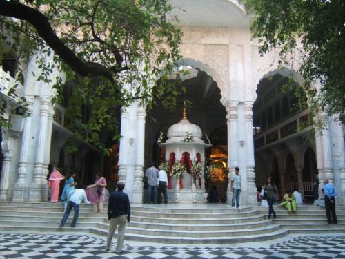 mum ISKCON_Juhu_Temple_Altars