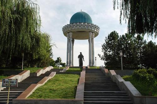 tash-navoi-monument