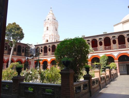 P1030080 Pérou, Lima, le grand cloître du convento Santo Domingo et le clocher de la basilica