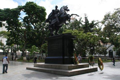 ven car plaza bolivar statue