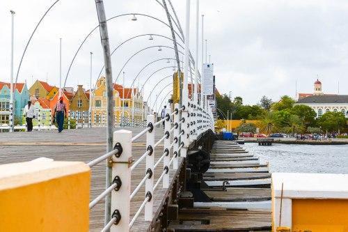 """Die Queen-Emma-Bridge, oder """"Koningin Emma Brug"""", verbindet seit dem Jahr 1888 die beiden Stadtteile Punda und Otrabanda in Willemstad, Curaçao"""