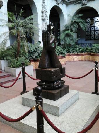 guat palacio-nacional hands