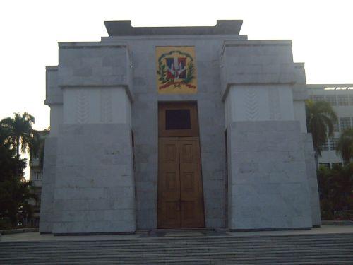 dom puerta altar